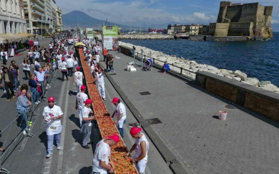 A time of preparation of the longest pizza in the world: two kilometers, Naples, 18 May 2016. ANSA/ PRESS OFFICE/ MOLINO CAPUTO/STEFANO RENNA +++ANSA PROVIDES ACCESS TO THIS HANDOUT PHOTO TO BE USED SOLELY TO ILLUSTRATE NEWS REPORTING OR COMMENTARY ON THE FACTS OR EVENTS DEPICTED IN THIS IMAGE; NO ARCHIVING; NO LICENSING+++